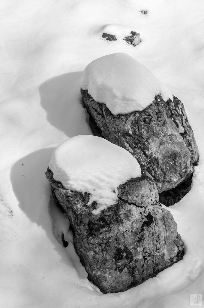 Rochers jumeaux avec chapeau de neige
